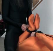 bondagespiele - Hogtie Fesseln Orange Lycra Anzug
