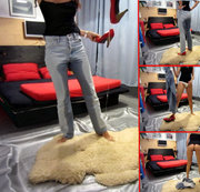 Pissy-Cat - Piss in Jeans, Slip, unten ohne + Pumps auf Schaffell