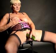 Sexgeile-Sweetymaus - Selbstbefriedigung mit einer gurke